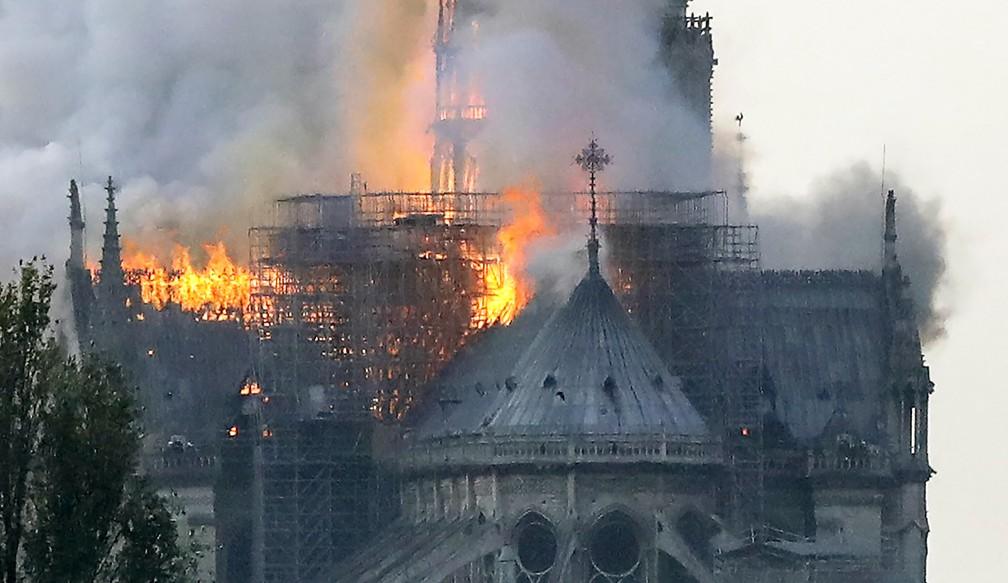 Incêndio atinge a catedral de Notre-Dame, um dos símbolos da França