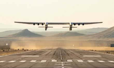 Maior avião do mundo decola na Califórnia; envergadura é maior que campo de futebol