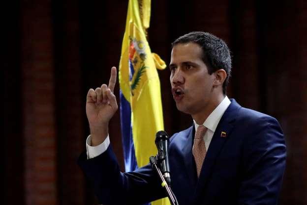 Guaidó diz que recebeu apoio de militares e ameaça depor Maduro