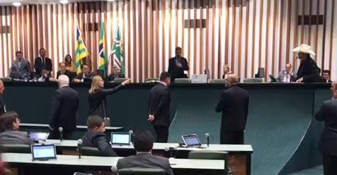 Sessão na Alego é encerrada após confusão entre deputados