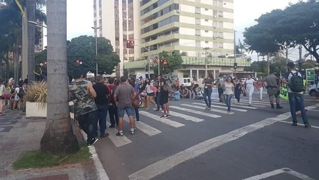 Servidores da Educação do Estado de Goiás deflagram greve em assembleia