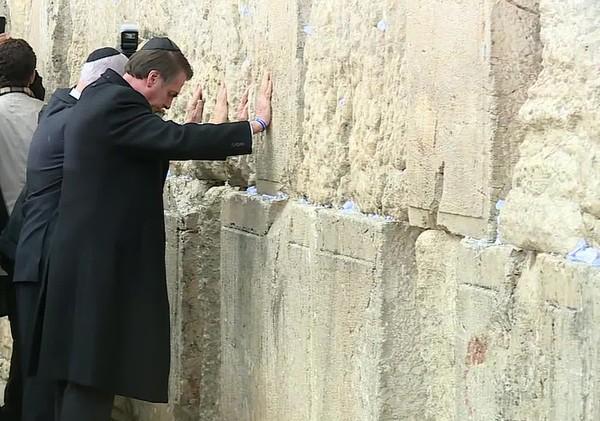 Bolsonaro visita Muro das Lamentações ao lado de Netanyahu