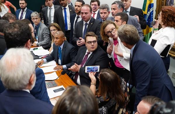 Sem acordo na CCJ, votação da reforma é adiada