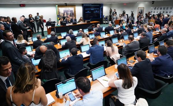 CCJ aprova orçamento impositivo; Previdência será debatida hoje