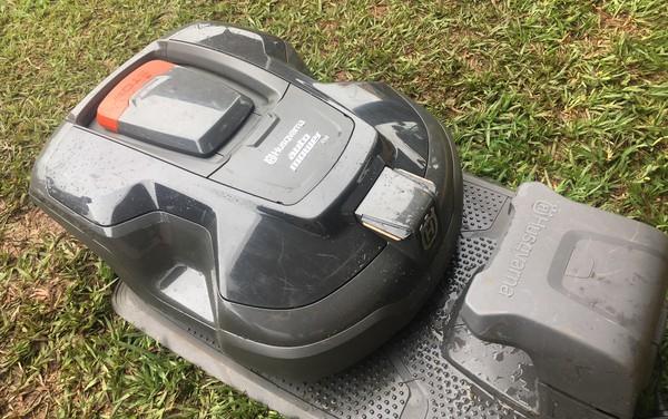 Robô que corta grama sozinho é lançado durante a Tecnoshow 2019, em Rio Verde