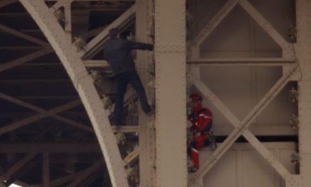 Torre Eiffel é esvaziada após homem ser visto escalando a estrutura