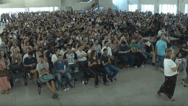 Mais de 5 mil pessoas se reúnem em assembleia na UFG contra cortes nas universidades federais