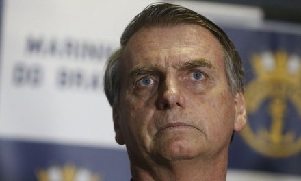 """Após cancelamentos, retiradas de apoio e protestos, Bolsonaro desiste do prêmio """"Pessoa do Ano"""""""