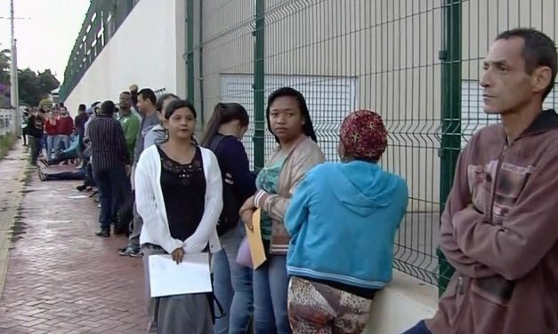 Feirão do Emprego com mais de 2 mil vagas de trabalho provoca fila quilométrica em Goiás