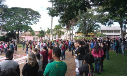 Em Goiás, trabalhadores da educação e estudantes fazem protesto