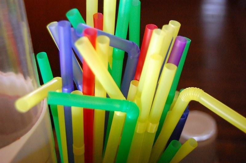 Emenda amplia para 2 anos prazo para fim do uso de canudos de plástico em Goiânia