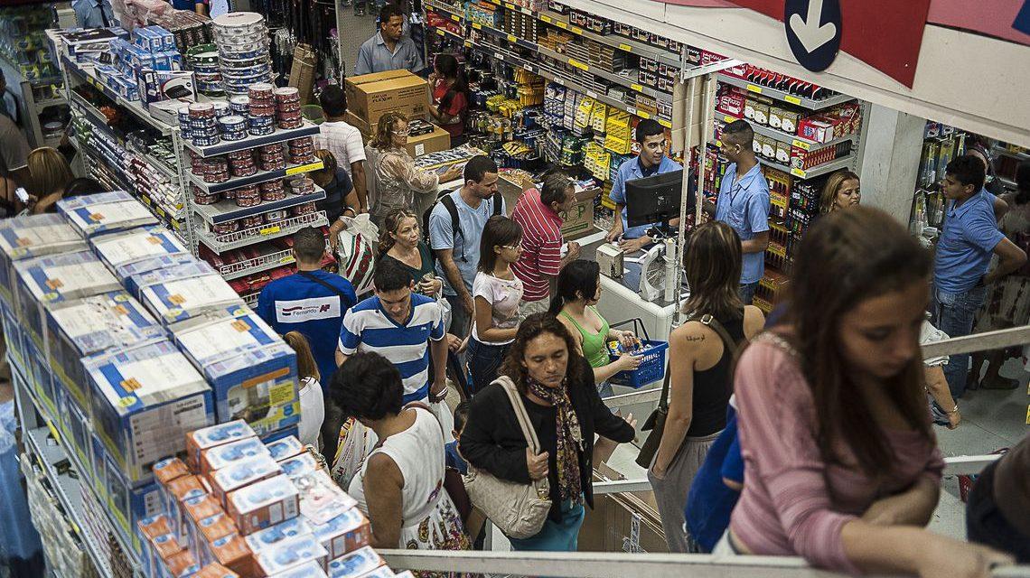 Percentual de famílias brasileiras endividadas cresce no país, diz CNC