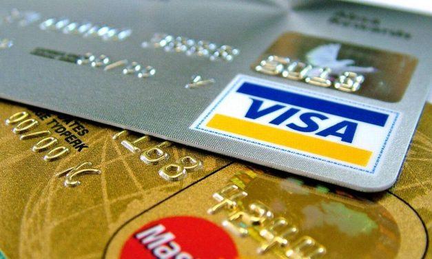 Juros do rotativo do cartão de crédito cai para 298,6% ao ano em abril
