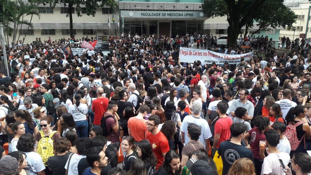 Cidades brasileiras têm atos contra bloqueios na educação
