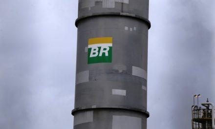 Petrobras reduz preço da gasolina na refinaria em 4,4%