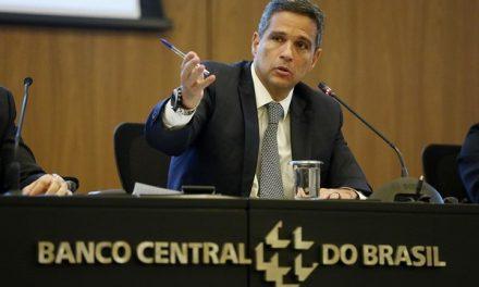 BC estuda liberar conta em dólar para brasileiros