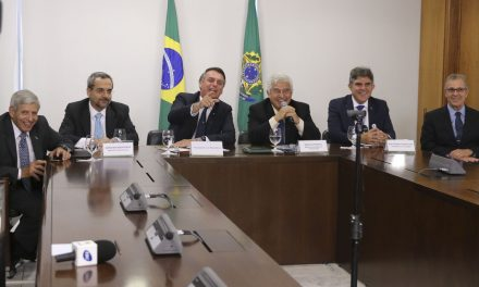 Bolsonaro faz videoconferência com escola do interior de Goiás
