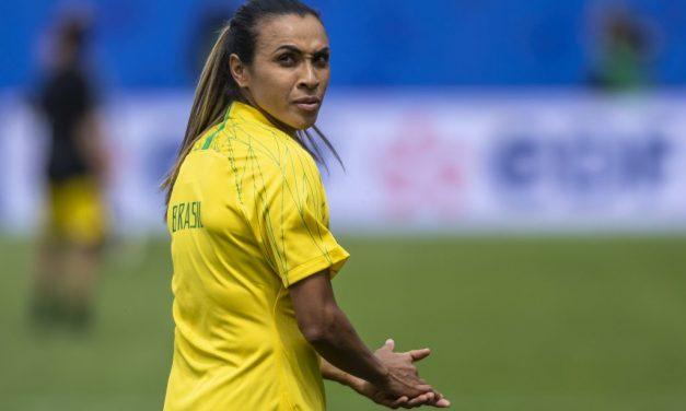 Marta treina com seleção e pode entrar em campo contra Austrália