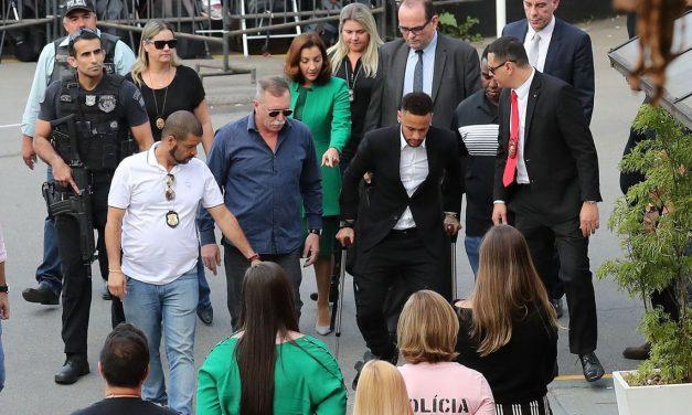 Neymar depõe em delegacia de São Paulo