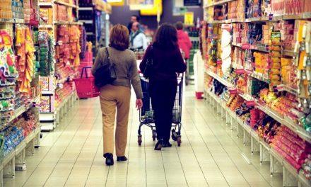 Intenção de consumo das famílias recua pelo quarto mês, diz CNC