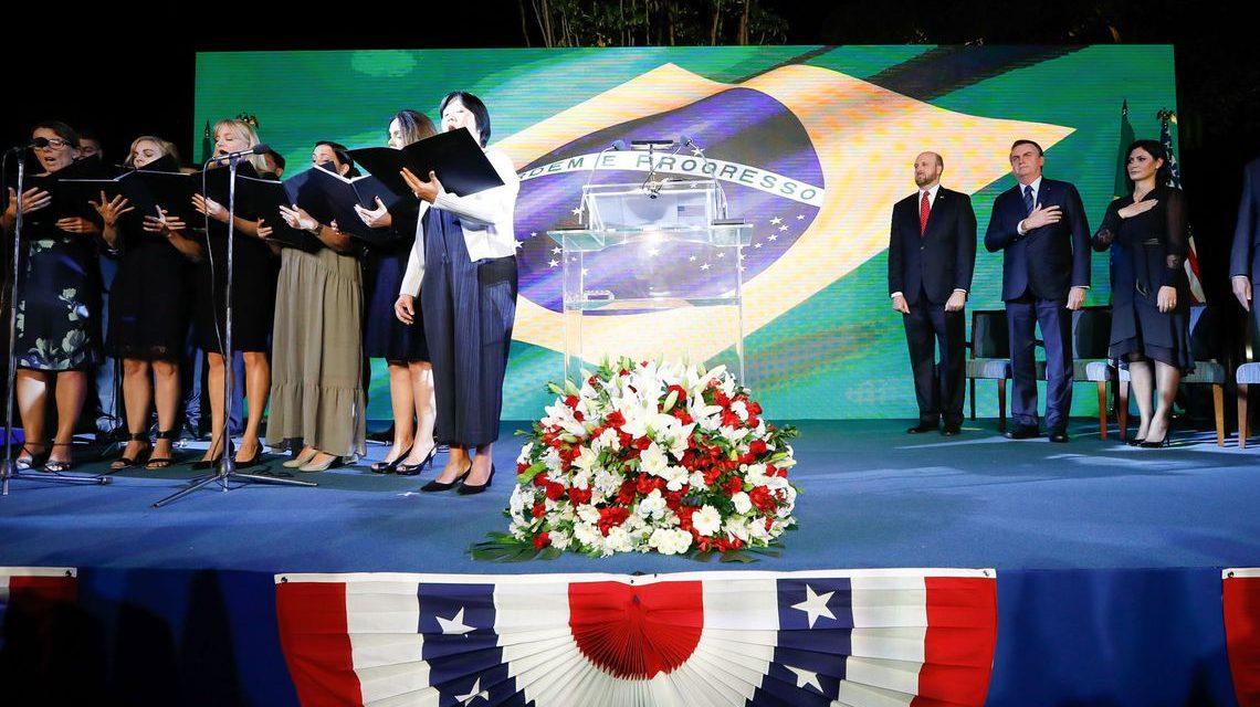 Bolsonaro celebra independência dos EUA em embaixada no Brasil