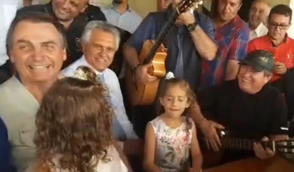 """Bolsonaro diz ser """"romântico"""" durante almoço em fazenda de Amado Batista"""