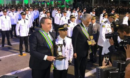 Bolsonaro participa de aniversário da PM de Goiás e formatura de sobrinho como policial
