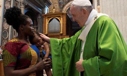 Papa: os migrantes são o símbolo de todos os descartados da sociedade
