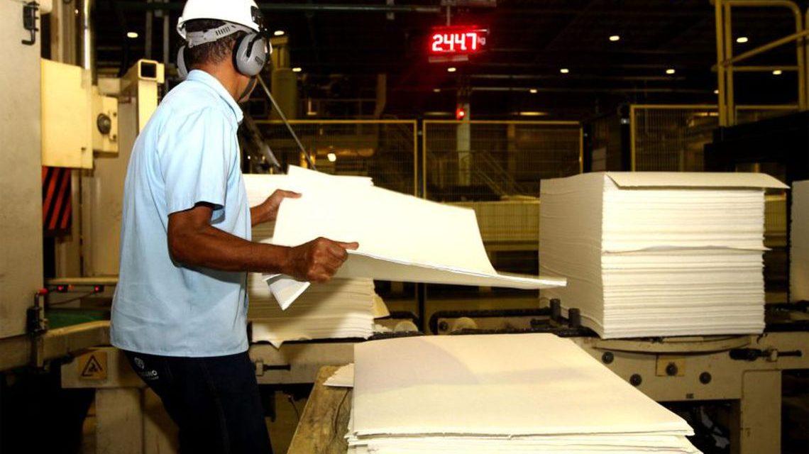 Confiança da indústria recua 1,7 ponto na prévia de julho, diz FGV