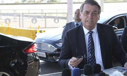 Bolsonaro diz que Macron terá de retirar 'insultos' antes de o Brasil aceitar dinheiro para Amazônia