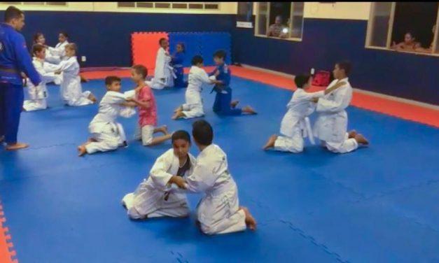 Projeto Sesc Esporte em Ação entrega 80 kimonos para crianças da rede pública em Goiânia