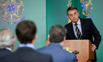 'Não é desarmando que você vai evitar', diz Bolsonaro sobre ataques nos EUA