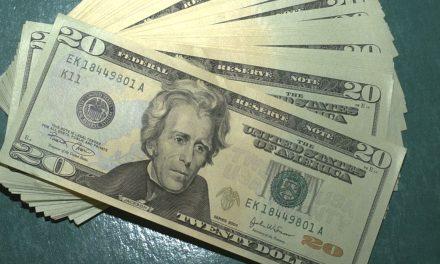 Dólar supera R$ 4,12 e fecha no maior valor em quase um ano