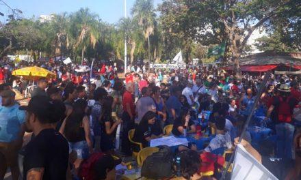 Manifestantes protestam em Goiânia em defesa da Educação e contra a reforma da Previdência