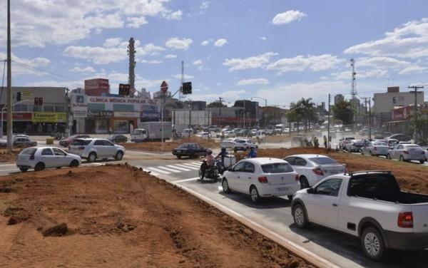 Trânsito é liberado em cruzamento que substituiu rotatória na Vila Brasília