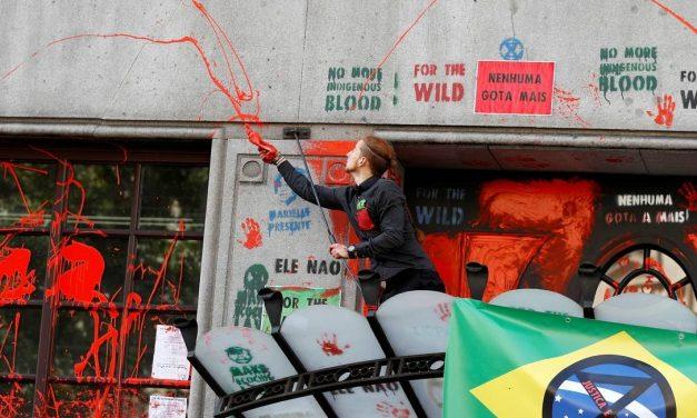 Embaixada do Brasil é alvo de ato em Londres