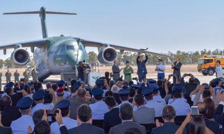 Bolsonaro participa da entrega do maior avião cargueiro do Brasil à Base Aérea de Anápolis
