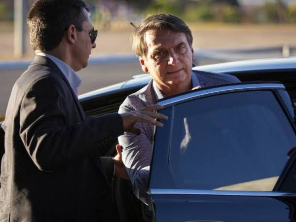 Bolsonaro volta para Brasília 8 dias após cirurgia