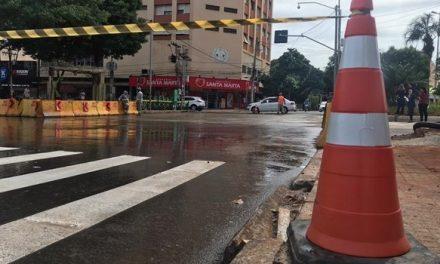 Prefeitura de Goiânia realiza bloqueio do cruzamento das avenidas Goiás e Independência.