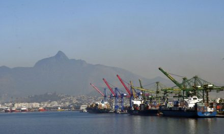 Superávit comercial chega a US$ 2,2 bi, o menor desde 2014