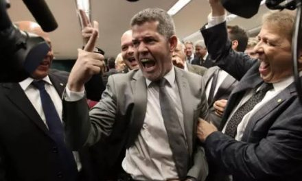 Delegado Waldir permanecerá como líder do PSL na Câmara