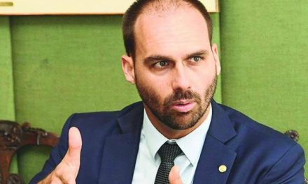 Delegado Waldir desiste e Eduardo Bolsonaro é o novo líder do PSL na Câmara
