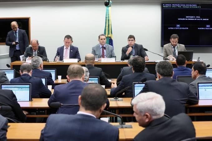 Comissão da Câmara aprova projeto que muda carreira de militares