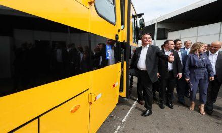 Bolsonaro participa da entrega de mais de 200 ônibus escolares em Goiânia