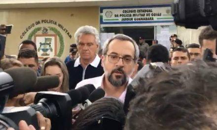 Ministro da Educação se recusa a dar entrevista para repórter da Globo, em Goiás