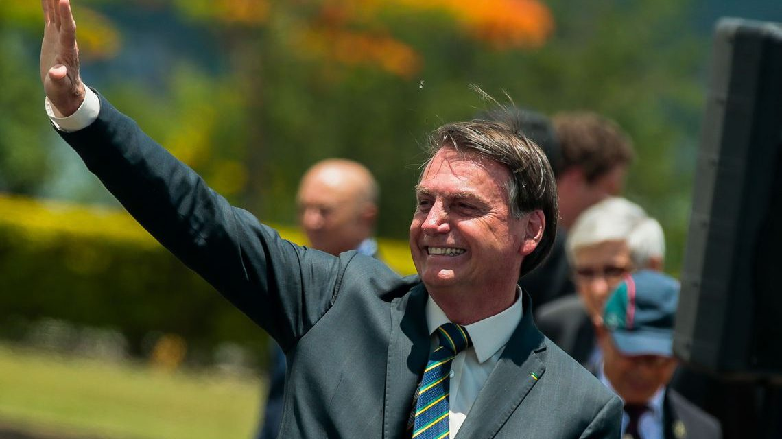 Bolsonaro assina carta de desfiliação do PSL