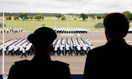 Bolsonaro diz que governo honra militares e respeita o povo