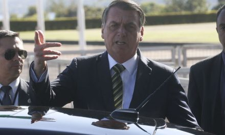Irritado com perguntas sobre Flávio, Bolsonaro ataca imprensa: 'Trabalho de porco'