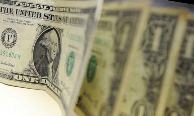Dólar supera R$5,40 e fecha no maior valor desde junho