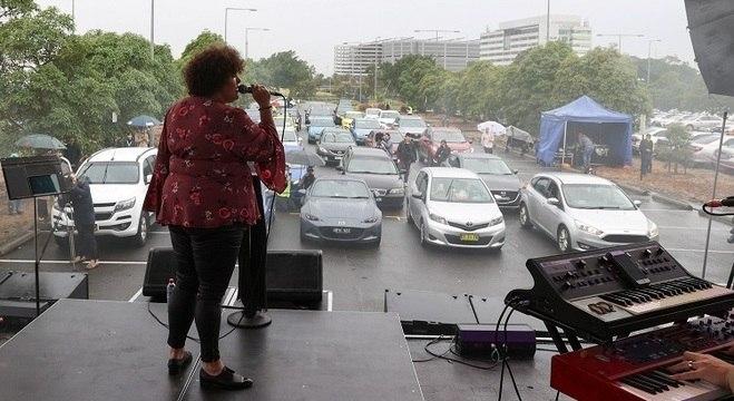 Fãs de música desfrutam de show ao vivo em drive-in de Sydney